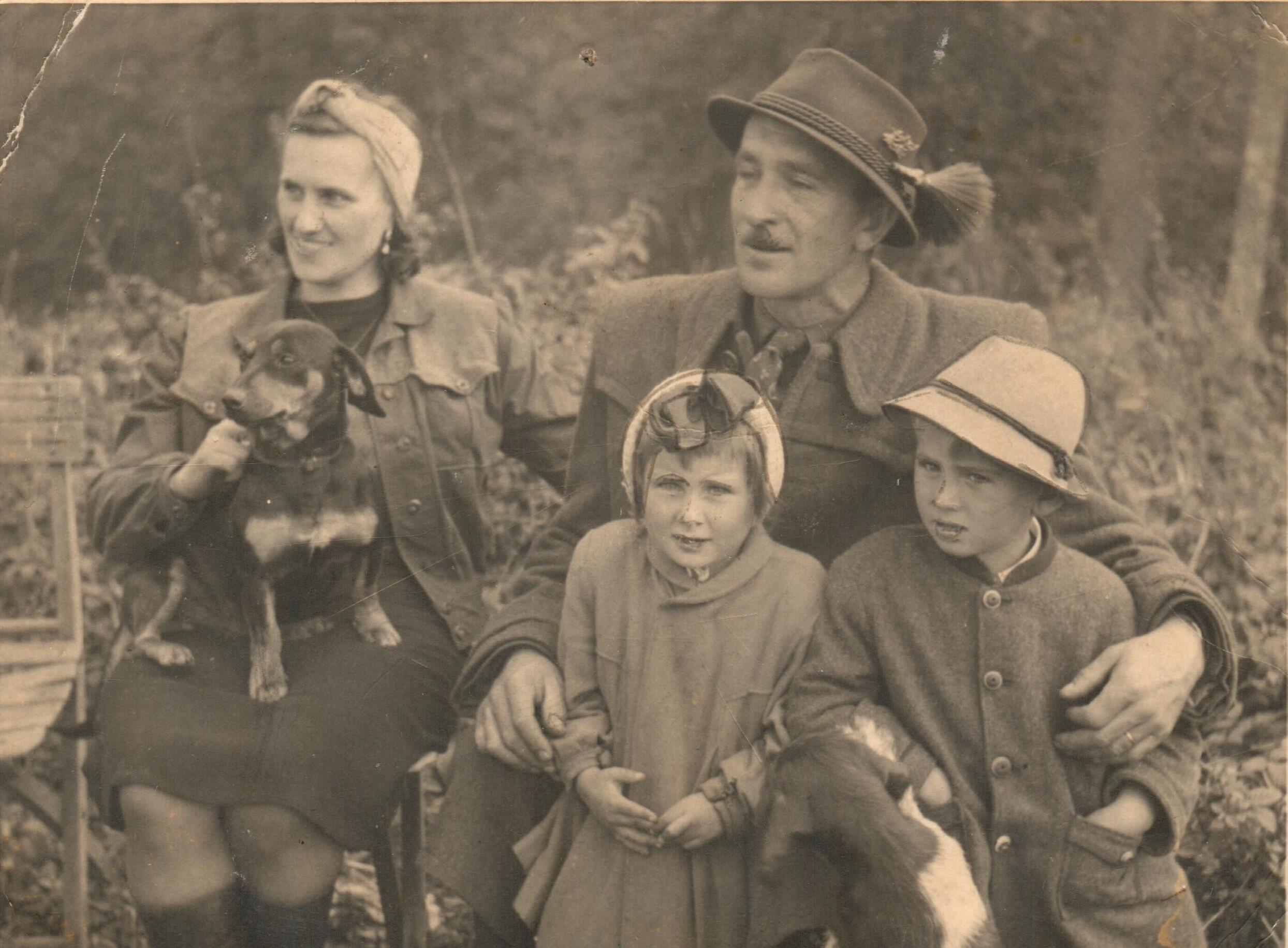 Zochova chata, Gizel lindtnerová s manželom horárom gabčom a deťmi